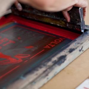 Impresió dels cartells per al Mercat Km0 de La Volta. Merkadillu. /Carles Palacio